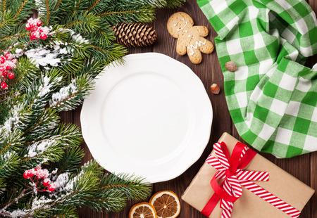 tree top view: branche d'arbre de Noël, assiette vide et le café. Vue de dessus avec copie espace