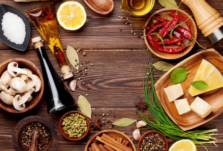 продукты питания: Различные специи на деревянном фоне. Вид сверху с копией пространства