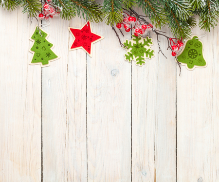 abeto: Christmas wooden background with fir tree and decor. View from above with copy space