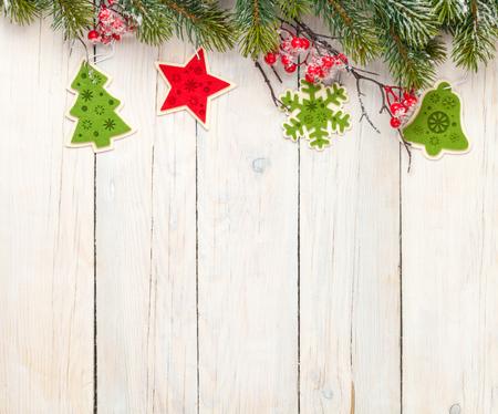 marco madera: Fondo de madera de Navidad con el �rbol de abeto y decoraci�n. Vista desde arriba, con copia espacio