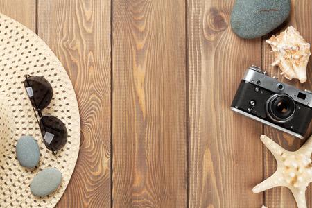 trompo de madera: Viajes y vacaciones de artículos de mesa de madera. Vista superior con espacio de copia Foto de archivo