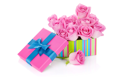 bouquet fleur: Gift box full of pink roses. Isolated on white background