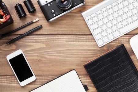 컴퓨터, 소모품 및 카메라와 함께 사무실 책상 테이블. 복사 공간 상위 뷰