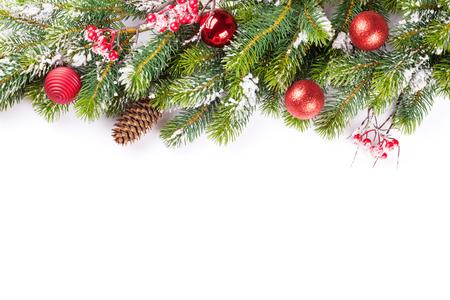 Vánoční větve stromu se sněhem a ozdoby. Na bílém pozadí s kopií vesmíru