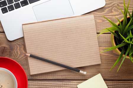 papeles oficina: Mesa escritorio de oficina con el ordenador, los suministros, la taza de café y flor. Vista superior con espacio de copia