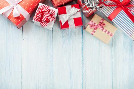 sapin neige: Boîtes à cadeaux de Noël sur la table en bois avec de la neige. Vue de dessus avec copie espace Banque d'images