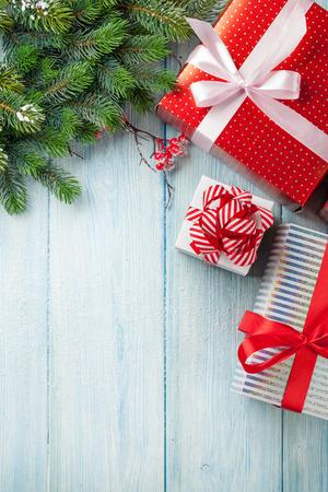 neige noel: Noël Les coffrets cadeaux et de la branche de sapin sur la table en bois. Vue de dessus avec copie espace