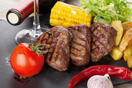 maiz: Filete con patatas a la parrilla, ma�z, ensalada y vino tinto de cerca