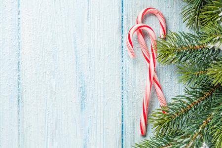 キャンディーと木製のテーブルの上にクリスマス ツリー。コピー スペース平面図 写真素材