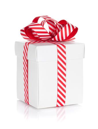 cintas  navide�as: Caja de regalo de Navidad. Aislado en el fondo blanco