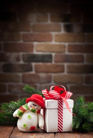 bonhomme de neige: Bo�te de No�l cadeau, bonhomme de neige jouet et de la branche de sapin sur la table en bois. Voir avec copie espace Banque d'images