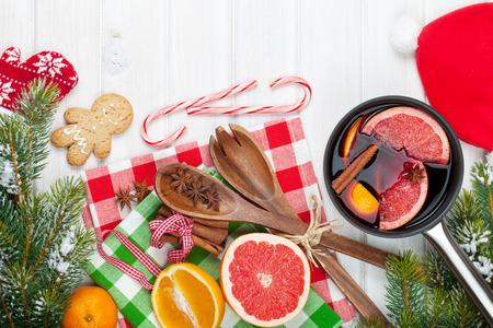trompo de madera: Navidad vino caliente en la mesa de madera. Vista desde arriba, con copia espacio