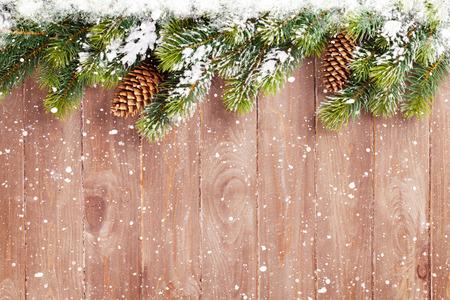 Kerst houten achtergrond met sneeuw dennenboom. Weergave met kopie ruimte Stockfoto