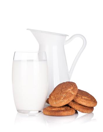 leche: Jarro de leche, vidrio y galletas. Aislado en el fondo blanco Foto de archivo