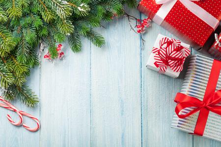 Kerst cadeau dozen en sparrentak op houten tafel. Bovenaanzicht met een kopie ruimte