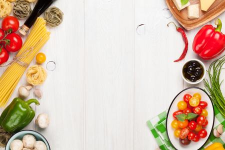 pastas: Ingredientes para cocinar la comida italiana. Pasta, verduras, especias. Vista superior con espacio de copia Foto de archivo
