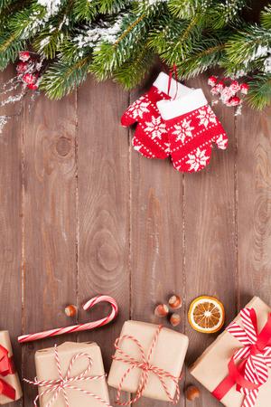 verticales: fondo de madera de Navidad con cajas de árbol de abeto de la nieve y de regalo. Ver con espacio de copia