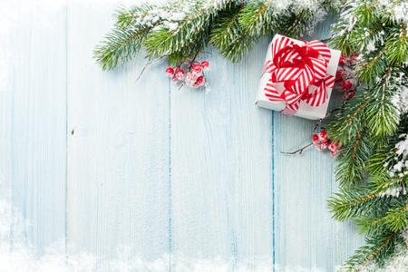 Weihnachts-Geschenk-Box und Tanne Zweig auf Holztisch. Ansicht von oben mit Kopie Raum