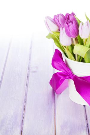 tulipan: Fioletowy tulipan bukiet na drewnianym stole z kopi? Zdjęcie Seryjne