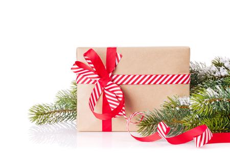 Tak van de kerstboom met sneeuw en geschenkdoos. Geïsoleerd op witte achtergrond
