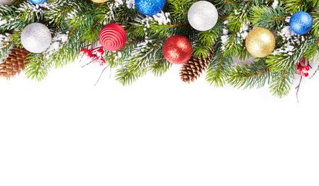 arbol de pino: rama de un �rbol de Navidad con la nieve y las chucher�as. Aislado en el fondo blanco con el espacio de la copia