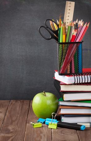 칠판 앞의 교실 테이블에 학교 및 사무실 용품 및 사과. 복사 공간보기 스톡 콘텐츠 - 46649233