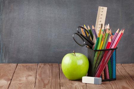 salon de clase: Escuela y �tiles de oficina en la mesa de clase delante de la pizarra. Ver con copia espacio