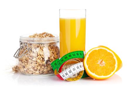 alimentos y bebidas: Healty desayuno con muesli, bayas y el jugo de naranja. Aislado en el fondo blanco Foto de archivo
