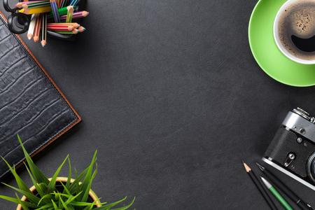 trabajo oficina: Mesa escritorio de cuero de la oficina con la cámara, los suministros, la taza de café y flor. Vista superior con espacio de copia Foto de archivo