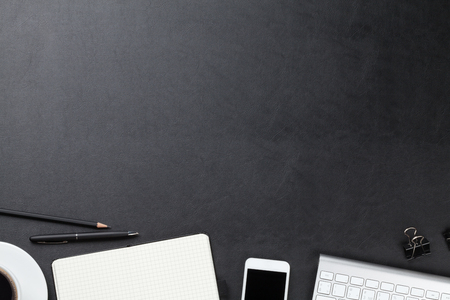 オフィス コンピューター、供給のコーヒー カップと革デスク テーブル。コピー スペース平面図