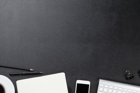 trabajo en oficina: Mesa escritorio de cuero de la oficina con el ordenador, los suministros y la taza de café. Vista superior con espacio de copia