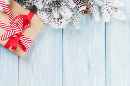 arbol de pino: Caja de regalo de Navidad y la rama de abeto en mesa de madera. Vista superior con espacio de copia