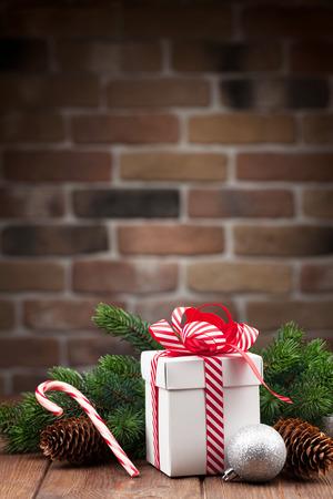 casita de dulces: Caja de regalo de Navidad y la rama de abeto en mesa de madera. Ver con copia espacio