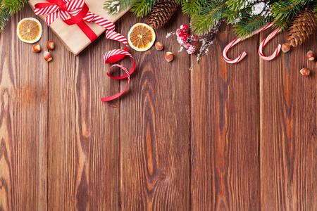 wood table: Caja de regalo de Navidad, decoración de la comida y la rama de abeto en mesa de madera. Vista superior con espacio de copia