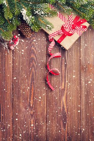 Weihnachten Holzuntergrund mit Schnee Tanne und Geschenk-Box. Ansicht mit Kopie Raum