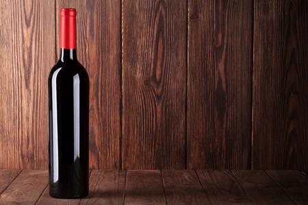 bouteille de vin: bouteille de vin rouge sur la table en bois. Voir avec copie espace