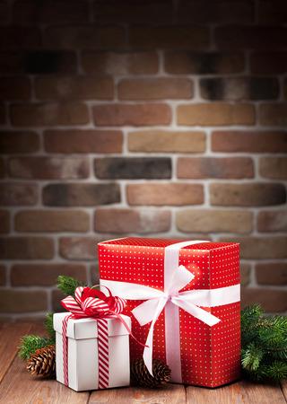 decoracion mesas: Navidad cajas de regalo y la rama de abeto en mesa de madera. Ver con copia espacio