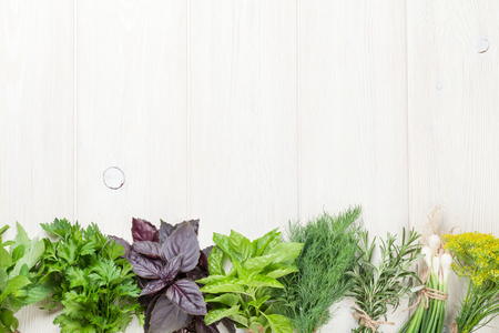 yerbas: Hierbas frescas del jardín en la mesa de madera. Vista superior con espacio de copia