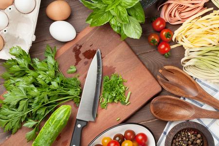 comida italiana: Ingredientes para cocinar Pasta y utensilios de mesa de madera. Vista superior Foto de archivo