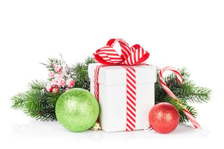 moños navideños: Caja de regalo de Navidad, bolas y azúcar de caña. Aislado en el fondo blanco Foto de archivo