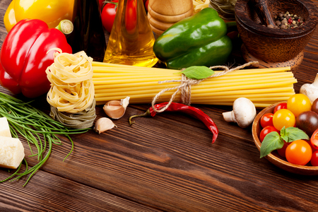 comida italiana: Italian food cooking ingredients. Pasta, vegetables, spices. Top view with copy space