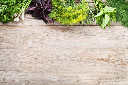 comida: Hierbas frescas del jardín en la mesa de madera. Vista superior con espacio de copia