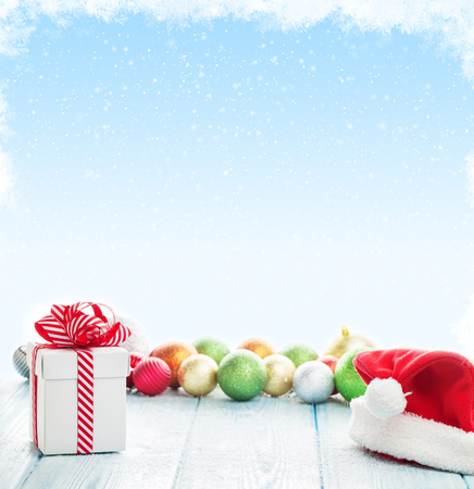 cajas navide�as: caja de regalo de navidad, santa sombrero y las chucher�as de colores decoraci�n en la mesa de madera con fondo de espacio de la copia