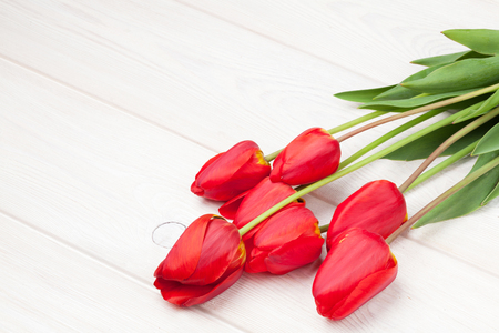tulipan: Red tulips bouquet over white wooden table background with copy space