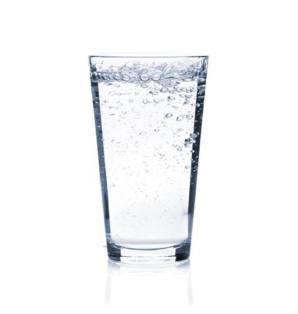 輝く水のガラス。白い背景に分離