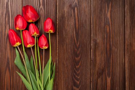 tulip: Czerwone tulipany bukiet na drewnianym stole tle z miejsca kopiowania Zdjęcie Seryjne