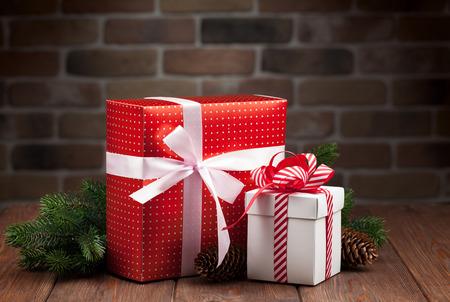 tree  pine: Cajas de regalo de Navidad y la rama de abeto en mesa de madera