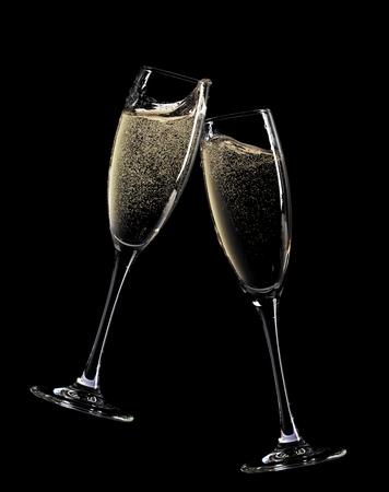 flauta: ¡Aclamaciones! Dos copas de champán. Aislado sobre fondo negro