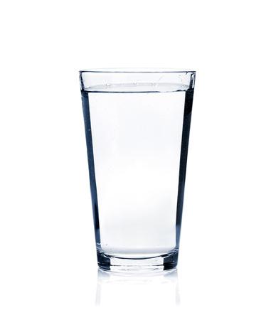 Glas nog steeds water. Geïsoleerd op witte achtergrond