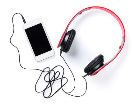 Hoofdtelefoons en smartphone. Geïsoleerd op witte achtergrond